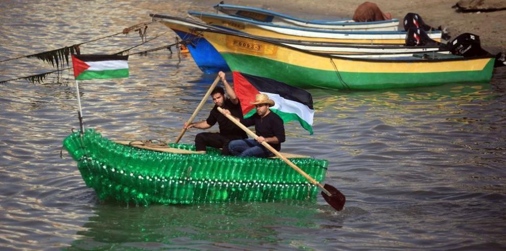 Jóvenes construyen barco con botellas de plástico