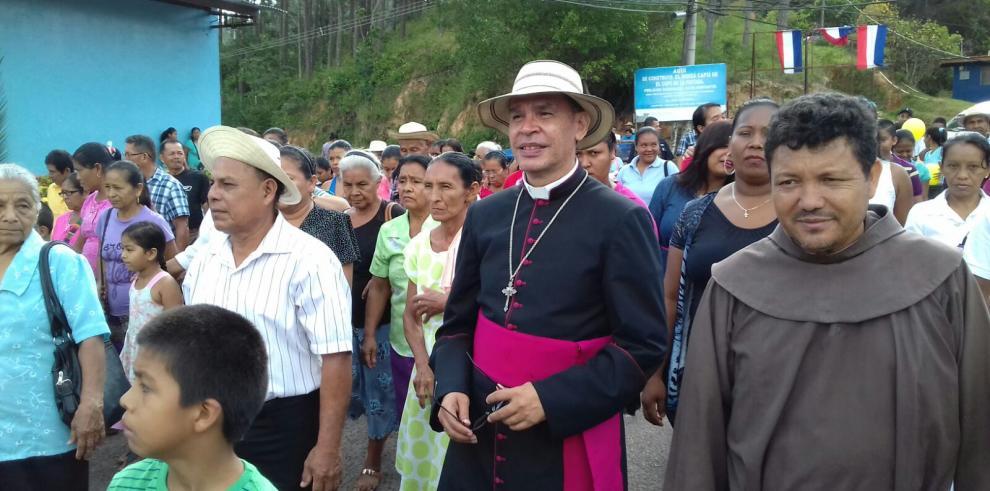 Obispo Cedeño realiza sus primeras confirmaciones en Coclé