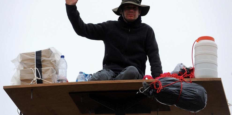 Artista extremista viviendo encima de un poste por una semana
