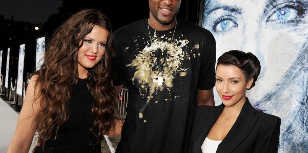 Lamar se recupera y sonríe con Kim Kardashian