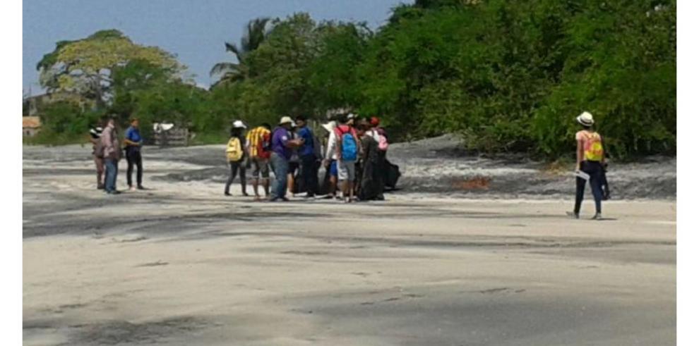 Estudiantes limpian playas coclesanas
