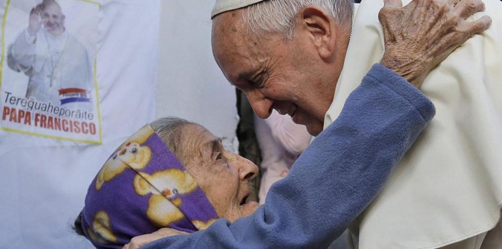 Francisco visitó barrio pobre de Paraguay