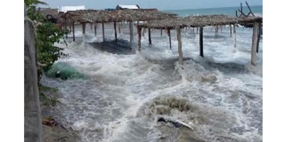 Fuertes oleajes causan inundaciones en hoteles de Río Hato