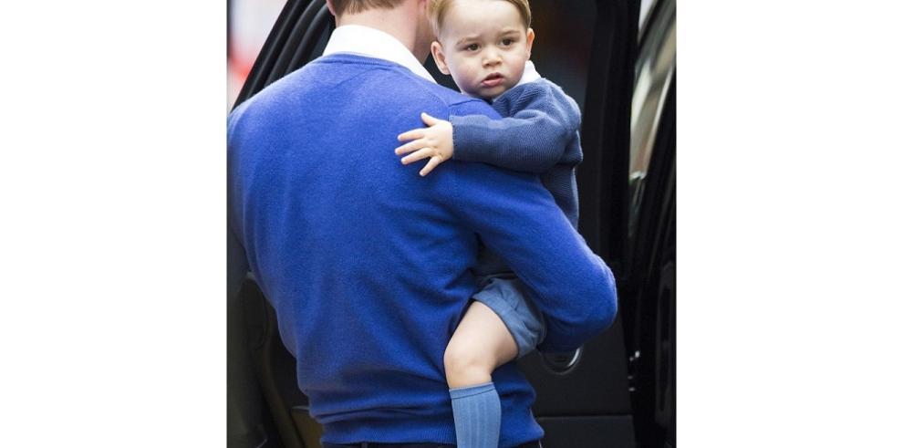 El príncipe Jorge visita a su hermana recién nacida en el hospital