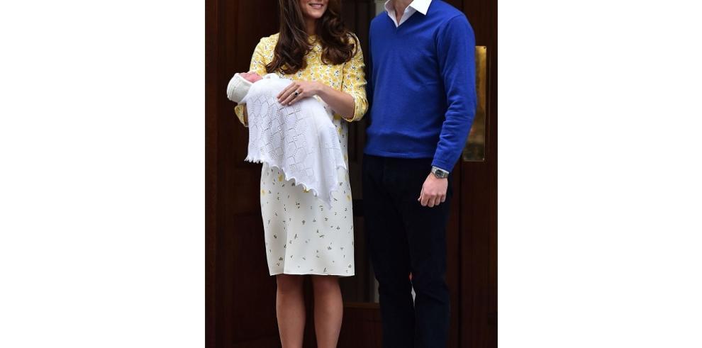 Catalina y el príncipe Guillermo presentan a su hija ante el hospital