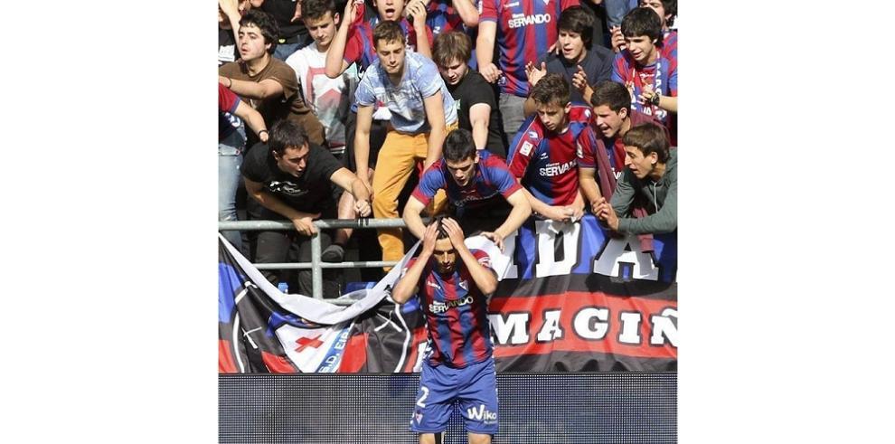 Barcelona empata con doblete de Messi en un Camp Nou rendido a Xavi