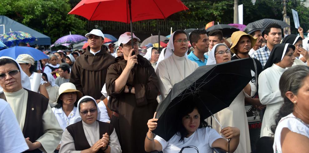 Salvadoreños inician camino final hacia beatificación de Romero