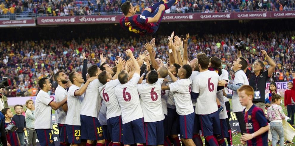 El Camp Nou se rinde ante la magia de Xavi Hernández