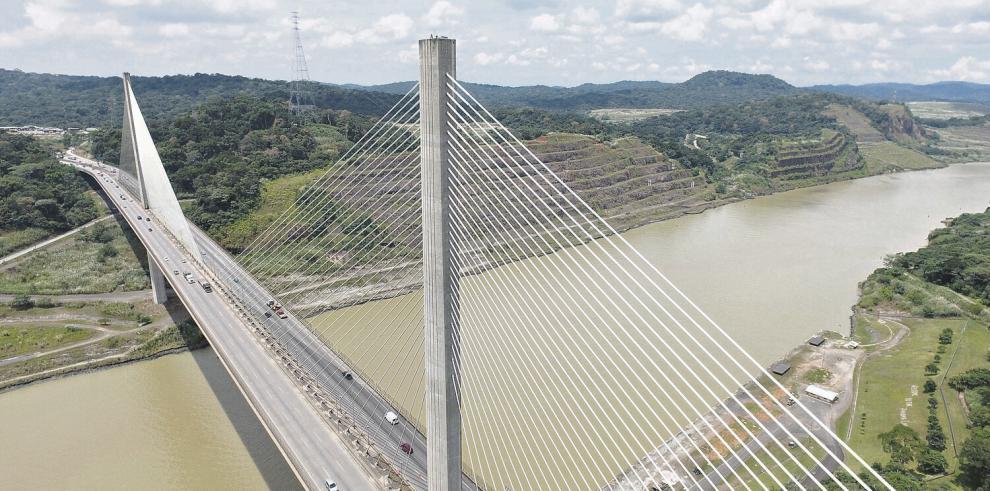 Tres puentes conectan las riberas del Canal, el cuarto, en pausa