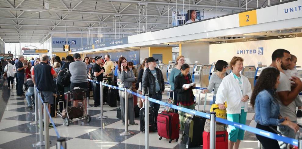 Suspenden vuelos en dos aeropuertos de Chicago por incendio