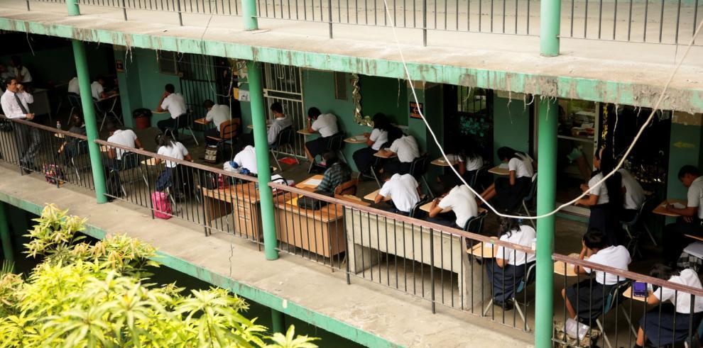 Pasillos convertidos en salones para dar clases