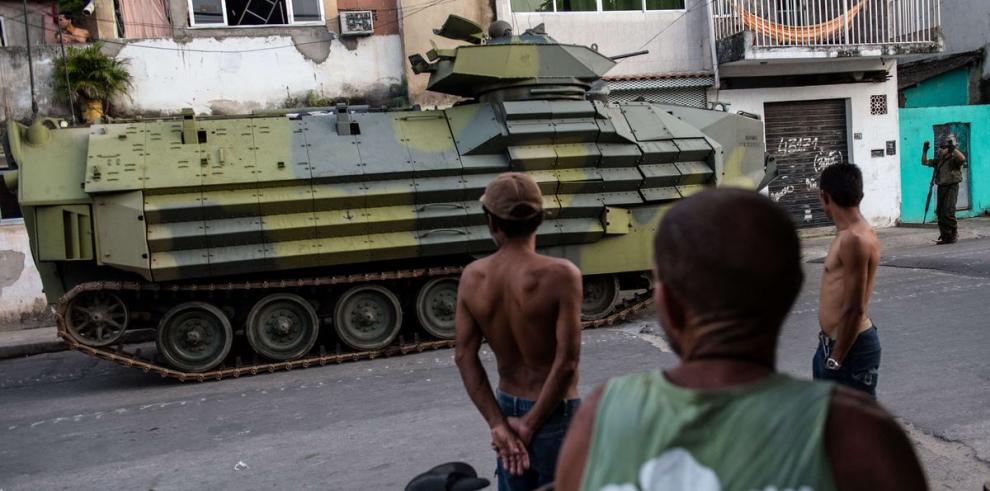 2,700 militares hacen custodia en favela de Río de Janeiro