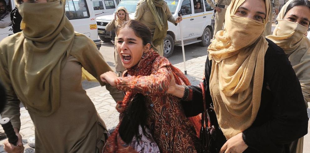 Muere una mujer india quemada viva por su familia política