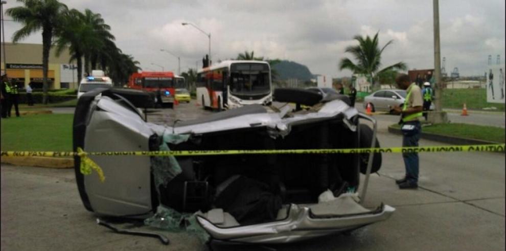Un muerto tras accidente entre Metrobús y carro particular en Albrook