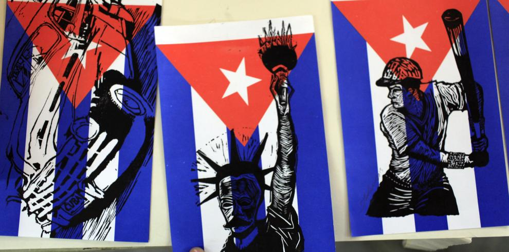 Policías panameños ayudan a cubanos a llegar a los Estados Unidos