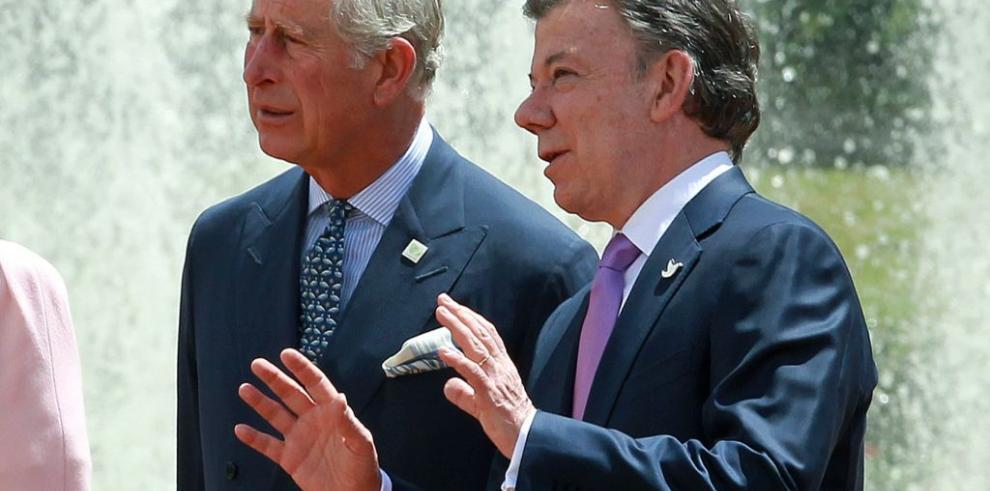 Presidente Santos recibe con honores al príncipe Carlos de Inglaterra