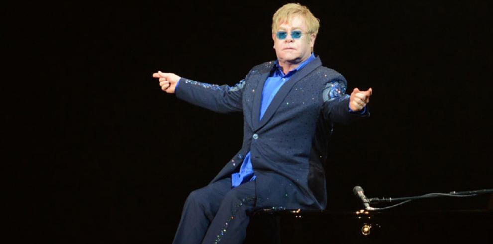 Elton John dice que al papa Francisco deberían canonizarlo