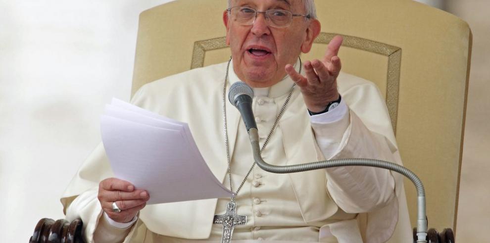 Papa rindió homenaje a los estudiantes desaparecidos en México