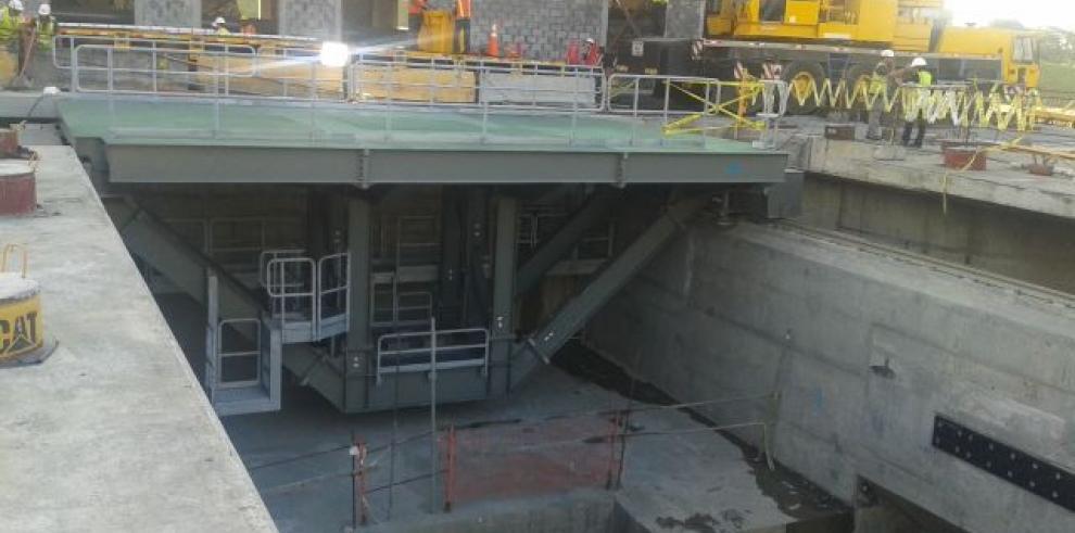 Instalan primer vagón para funcionamiento de nuevas compuertas