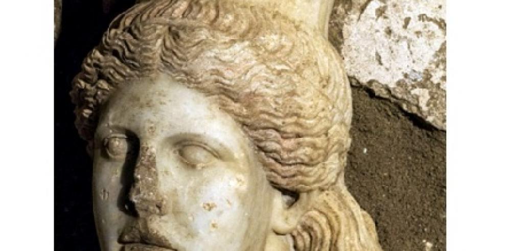 Arqueólogos descubren cabeza de esfinge perdida en tumba Anfípolis en Grecia
