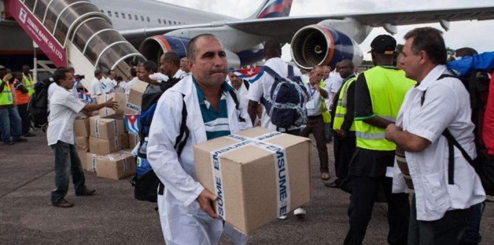 83 médicos y enfermeros cubanos viajan a Guinea y Liberia