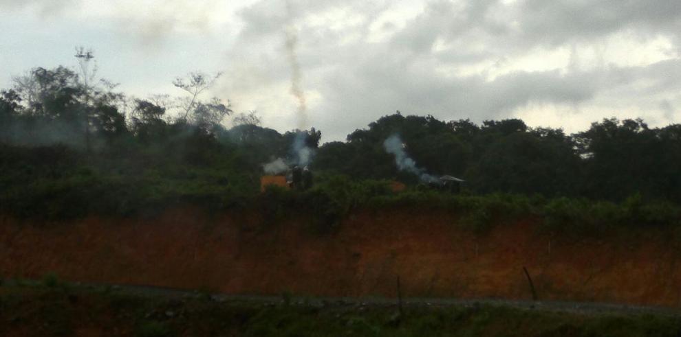 Indígenas se enfrentan a unidades antimotines en Barro Blanco