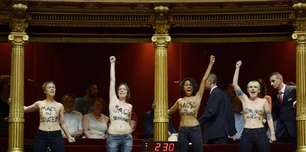 'Topless' feminista en Senado francés contra ley sobre prostitución