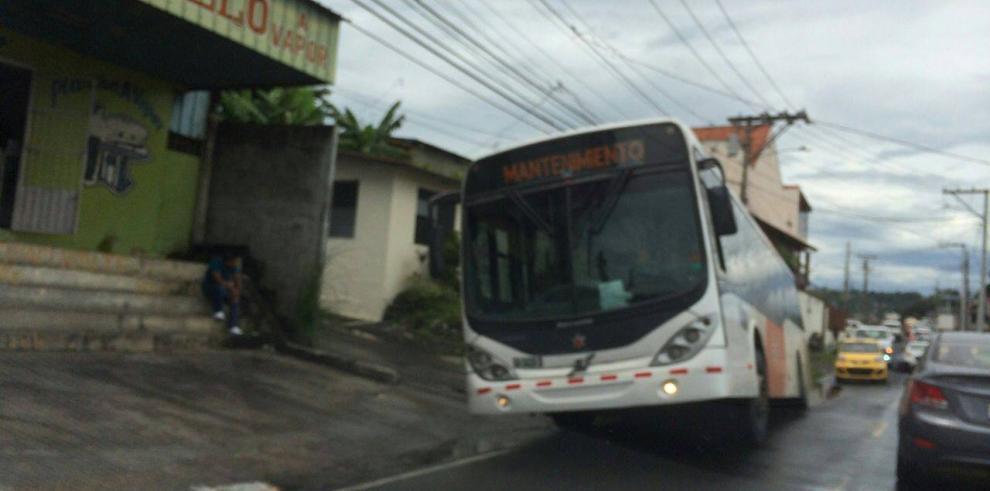 Vehículo cae en cuneta y ocasiona tranque en Nuevo Veranillo