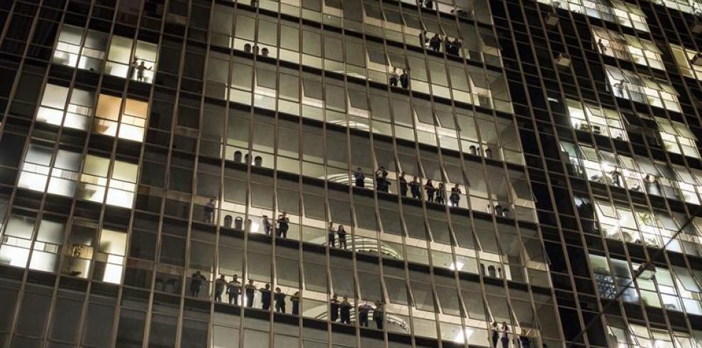 Miles de personas arremeten contra constructora del estadio de Sao Paulo