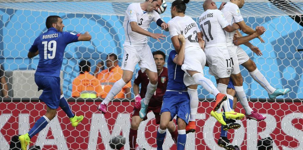 Uruguay pasa a octavos, Italia se despide del mundial