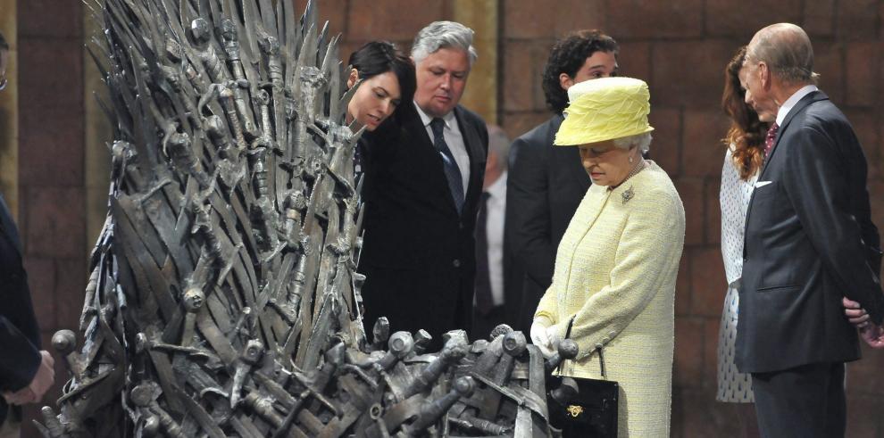 Isabel II visita los estudios de