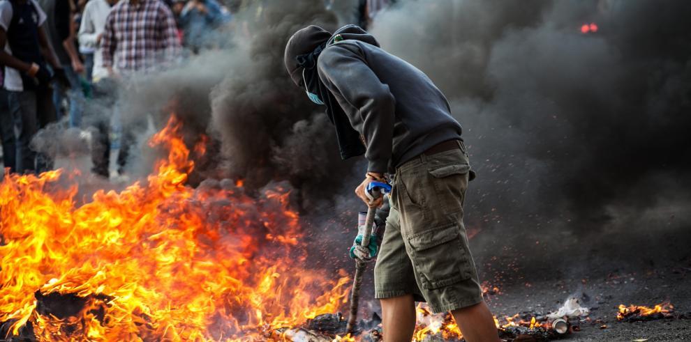 Chavistas marchan en apoyo a militares, opositores contra la represión
