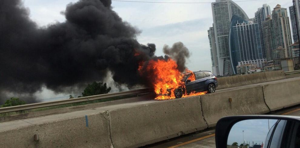 Enorme tranque vehicular en el Corredor Sur provocó auto incendiado