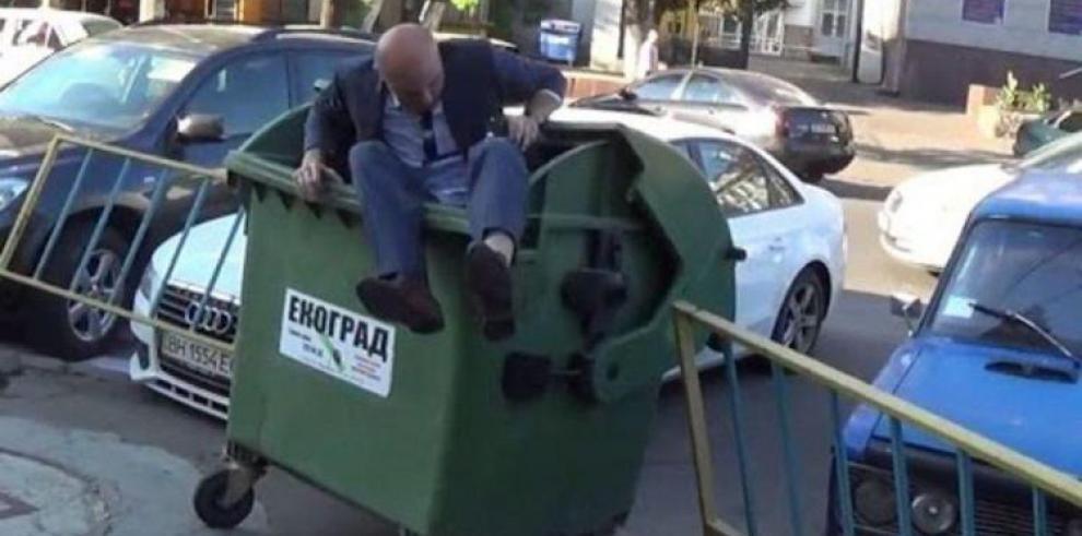 Tirar políticos corruptos a la basura es la nueva moda en Ucrania