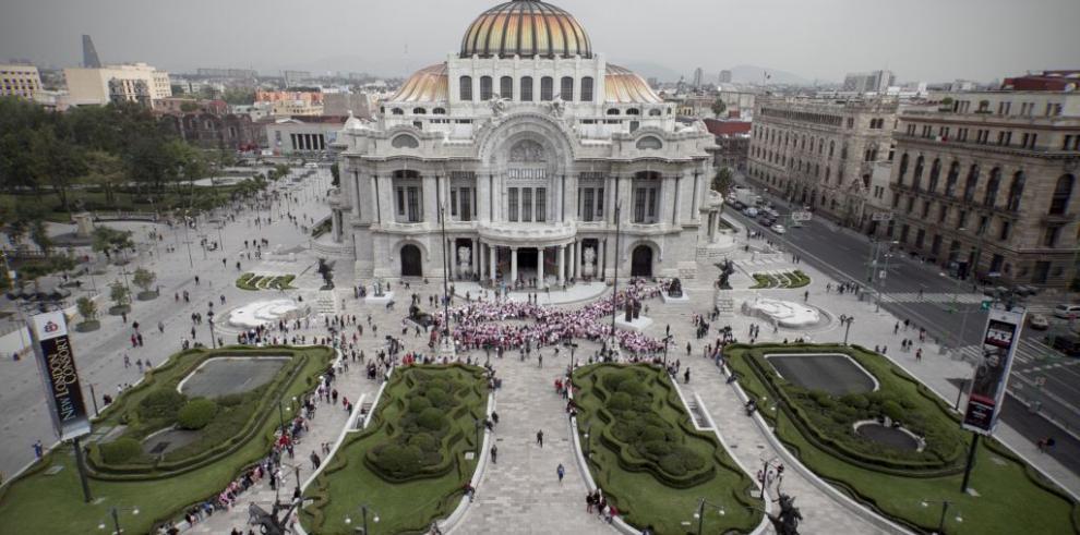 Lazo humano en conmemoración al mes de la Cinta Rosada en México