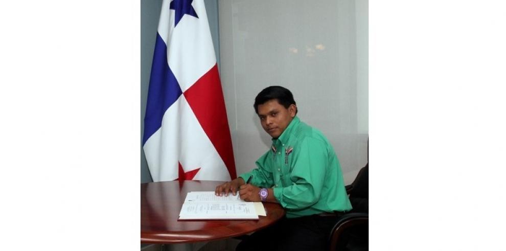 Hijo de la cacica Silvia Carrera fue nombrado embajador de Panamá en Bolivia
