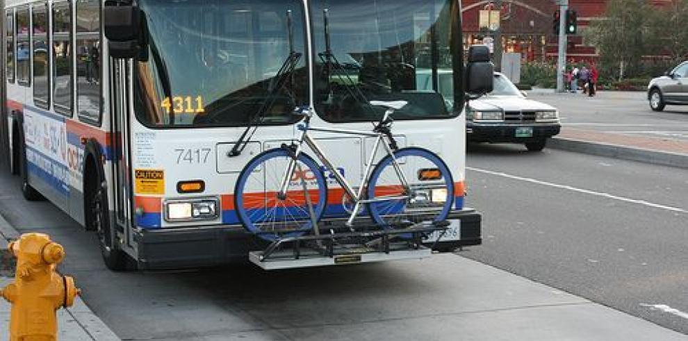 Un joven español presenta en Dublín un sistema híbrido de autobús y bicicleta