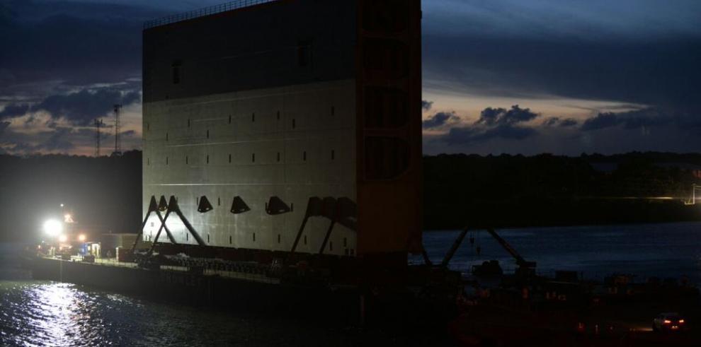 Trasladanúltima compuerta desde Colón hacia Panamá