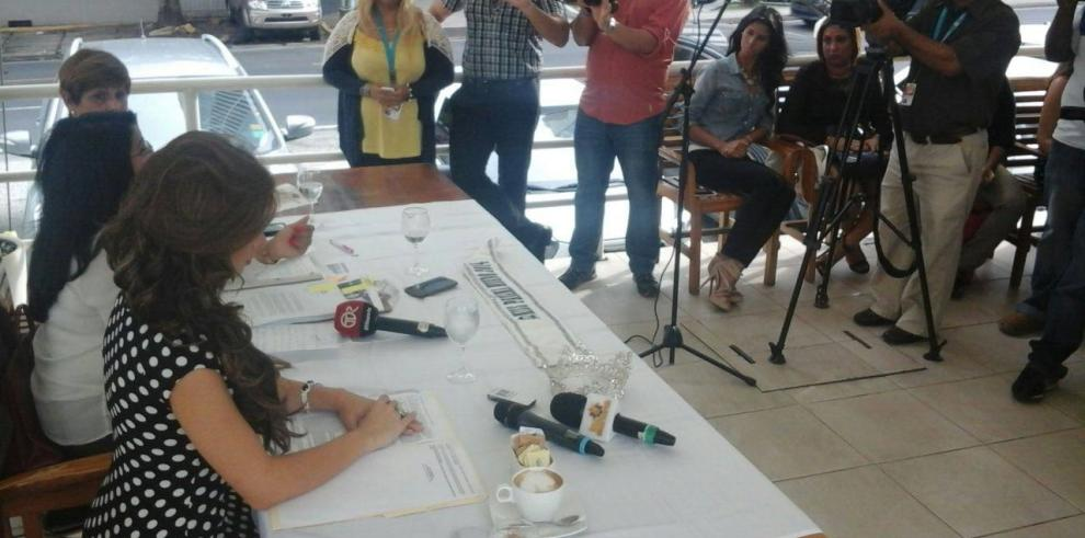 Raiza Erlenbaugh entrega la corona de Miss Panamá Mundo 2014