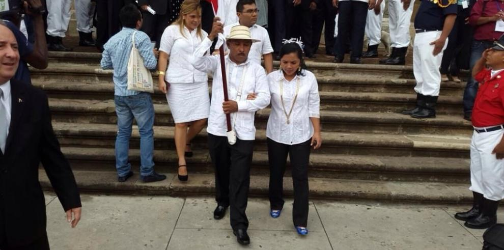 El buhonero Bladimir Hernández es el abanderado de hoy, 3 de noviembre