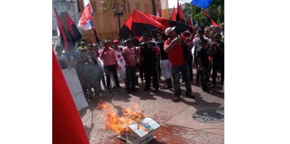 Precaristas protestan frente a la Presidencia