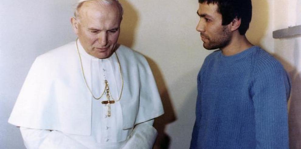 Turco que disparó a Juan Pablo II lleva flores a su tumba
