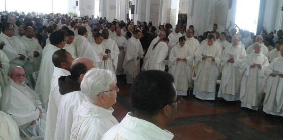 Ulloa recuerda compromiso a sacerdotes en misa crismal