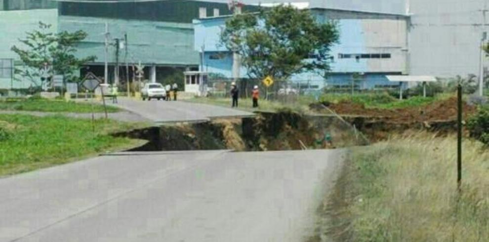 Inician investigaciones por hundimiento de carretera en Colón