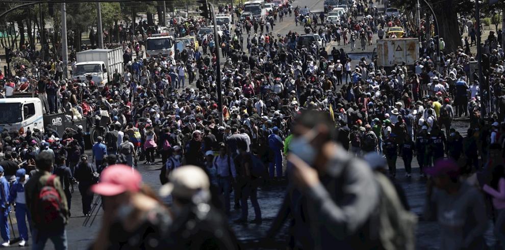 Cientos de personas entre ciudadanos, policías y manifestantes salen a limpiar las calles luego de que se anunciara el fin de las protestas, este lunes, en Quito (Ecuador).