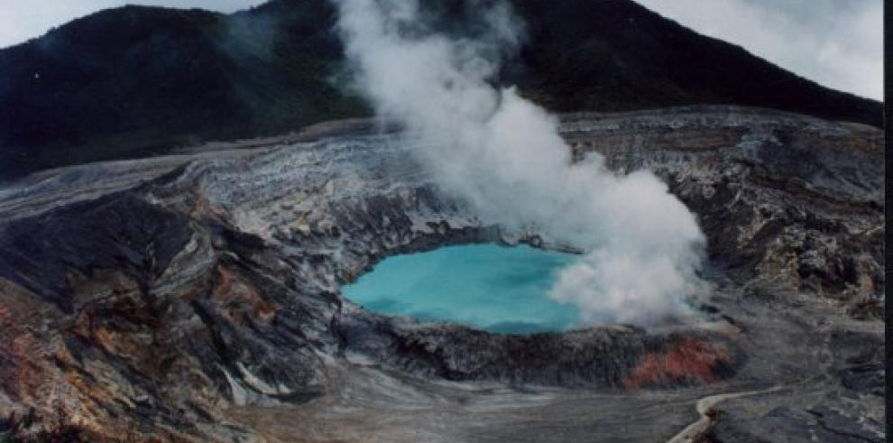 Expertos registran explosiones de ceniza y gas en volcán Poás
