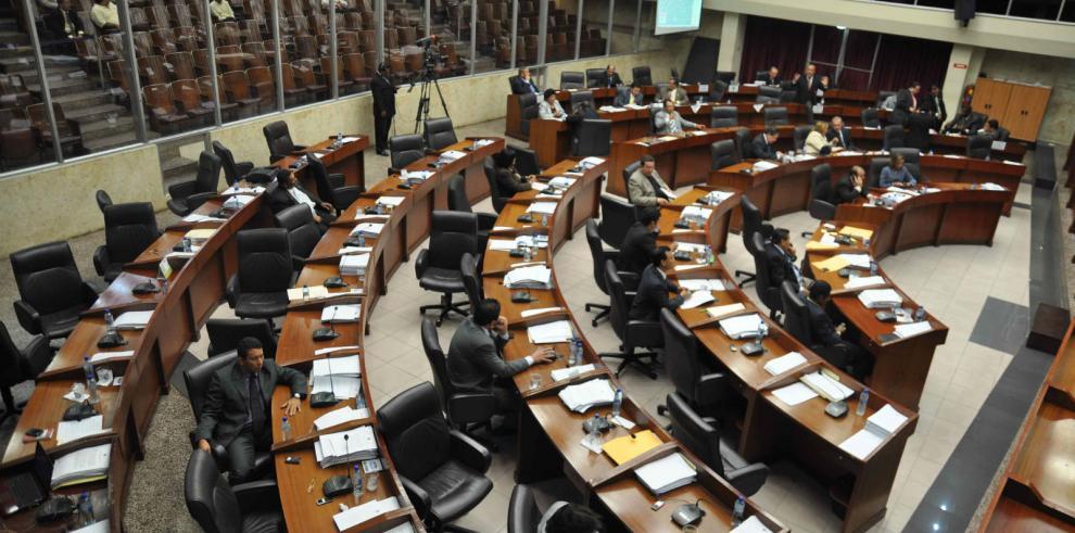 Una asamblea con sillas vacías cierra último periodo legislativo