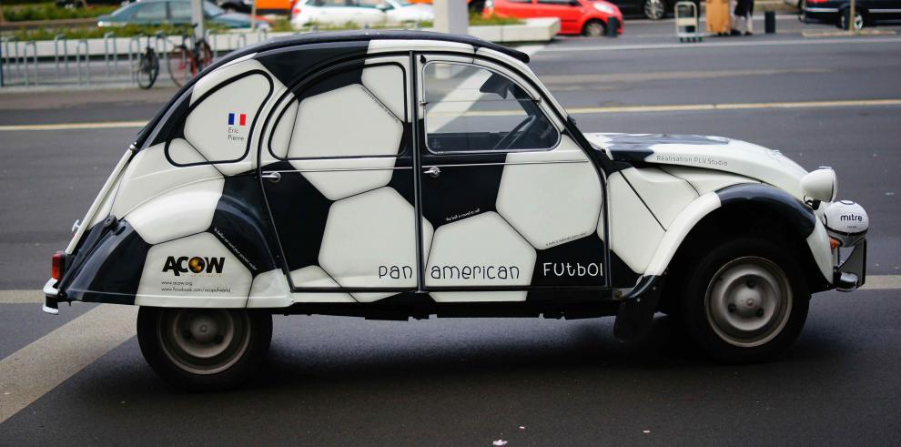 Panamá recibe a franceses que van a Brasil en carro pintado de balón