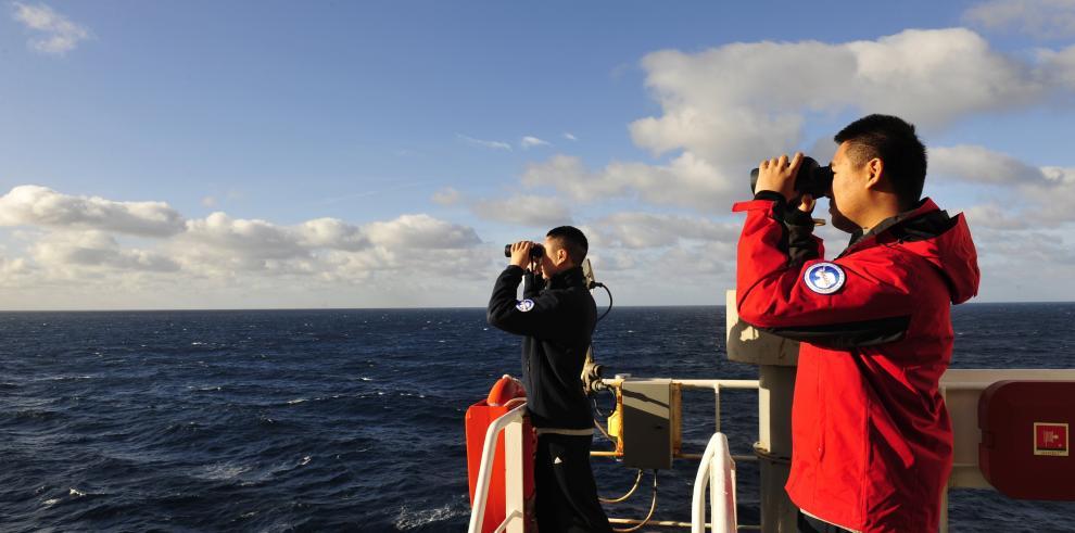 Barco con detector de cajas negras va a la zona de búsqueda del avión perdido