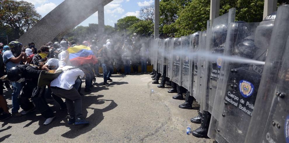 Dispersan manifestación con gases y carros lanza agua en Caracas
